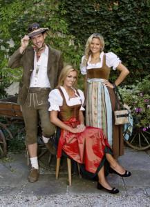 Reinseidendirndl Eva und Samtdirndl Lore, sowie Lederjanker und Rothirschlederhose. Foto: Thalbauer Trachten