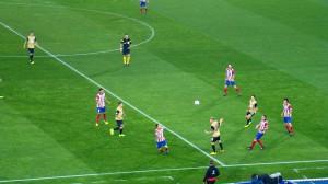 Drei Austrianer (in schwarz-gold) gegen fünf Madrilenen - Atletico war gestern mindestens eine Nummer zu groß für den FAK. Foto: oepb