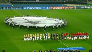 Beide Teams beziehen beim Erklingen der Champions-League-Hymne Aufstellung. Foto: oepb