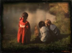 Lotte, Hans und Walter Kühn spielen am Wasser um 1908. Foto: Heinrich Kühn