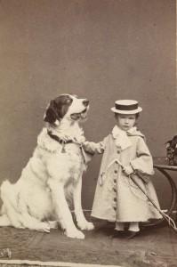 Erzherzogin Marie Valerie mit Bernhardiner, 1871. Foto: Victor Angerer