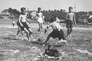 """Fußball auf der """"Gstätten"""", links die Hohe Warte, rechts im Hintergrund der Karl-Marx-Hof, Wien 1932, Foto Lothar Rübelt"""