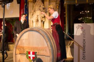 Die Taufweinhebung aus dem Fass wurde von Bundesweinkönigin Isabella Mayer vollzogen. Foto: ÖWM / Anna Stöcher