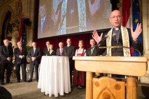 Dom-Pfarrer Toni Faber bei der feierlichen Wein-Segnung. Foto: ÖWM / Anna Stöcher