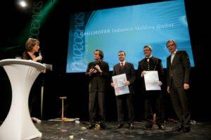 V.l.: Barbara Rhett, Dr. Manfred Gaulhofer und drei weitere Preisträger. Foto: Atelier Heimo Binder