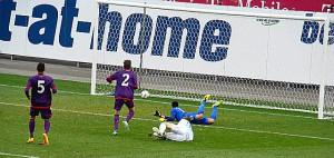 Schrecksekunde in der 12. Minute. 0 : 1 durch Pavel Dolgov (am Boden) Michael Blauensteiner (Nr. 5), Sandro Widni (Nr. 2), sowie Osman Hadzikic können den Gegentreffer nicht mehr verhindern. Foto: oepb