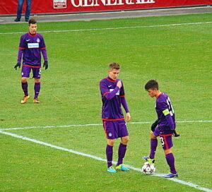 Und nun laßt uns beginnen! Valentin Grubeck (links), sowie Sascha Horvath beim Anstoß nach dem 0 : 1. Die Nr. 8 ist Dominik Prokop. Foto: oepb