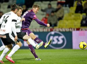Roman Kienast (violette Dress) setzt sich gegen Markus Katzer (Nr. 14) und Thomas Weber durch. Foto: GEPA