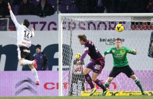 Der Ball segelt über Markus Katzer (Nr. 14) und Roman Kienast hinweg zum 2 : 0 ins Admira/Wacker-Tor. Manuel Kuttin hat keine Abwehrmöglichkeit. Foto: GEPA