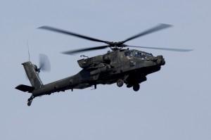 """Der """"Apache"""" tut es ihm gleich und die amerikanischen Soldaten setzen ihren Flug in Richtung Ungarn fort. Foto: Österr. Bundesheer/Simader"""