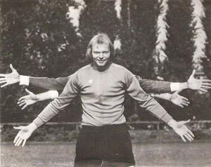 """Erwin Fuchsbichler hatte seine Hände stets überall. Der """"Lange"""" am legendären, weil inmitten des Werks gelegenen, und heute leider nicht mehr existenten SK VÖEST-Werksportplatz in der VÖEST-Alpine anno 1978."""