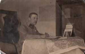 Franz Dohnalek, geb. am 30. Juli 1881, war Berufsoffizier und Artillerie-Oberstleutnant im 1. Weltkrieg. Durch einen Kehlkopfschuss auf dem rechten Arm gelähmt, erlangte er mit der Zeit wieder ein Gefühl in den Fingern. Die Verletzung wog dennoch so schwer, dass er nie mehr wieder ganz genesen konnte und am 14. Juli 1924 verstarb. Foto: Familienchronik Aglas / Dohnalek