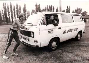 """Der SK VÖEST-Bus geriet im Werk ins Stottern. Unter lautstarken Zurufen von Chauffeur """"Fuchsi"""" mühte sich Team-Kollege Karl Hodits beim Anschieben ab. Aus der Spielzeit 1981/82."""