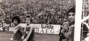 Volles Haus auf der Linzer Gugl anhand eines Stadt-Derbys, 2 : 2 vom 7. Mai 1975. V.l.: Helmut Köglberger (LASK), Gerhard Horvath, Erwin Fuchsbichler und Norbert Ebster (alle SK VÖEST).