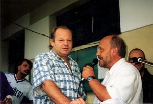 Erwin Fuchsbichler (links) anhand eines Interviews am SV Austria Tabak-Platz im Gespräch mit Wolfgang Bankowsky anlässlich des so genannten Auferstehungsfestes des blau-weißen Linzer Fußballs. Geschehen am 1. August 1997.