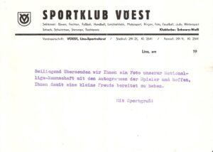 Der Beginn der Fan-Post, heutzutage Merchandising, in der Saison 1971/72. Man beachte die Vereinsfarbe: Schwarz-Weiß! Gemäß Herrn Rinner wurde im Sommer 1972 das Schwarz in Blau gewandelt, weil es nicht sein könne, dass zwei rivalisierende Vereine aus der gleichen Stadt auch die gleichen Farben hätten. Bekanntlich ist der LASK schwarz-weiß.