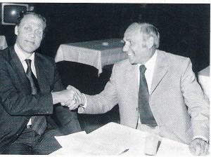 Das Jahr 1974 zählt zweifellos zu den bedeutendsten in der Vereinsgeschichte. Der große CF Barcelona war zu Gast in Linz. Johann Rinner (rechts) begrüßt Bondscoach und Trainer der Katalanen Rinus Michels im Gästehaus der VÖEST-Alpine. Foto: privat