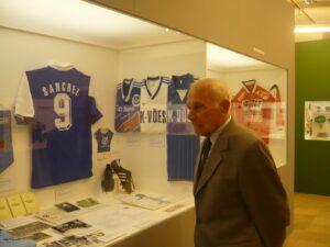 """Ein sehr nachdenklich wirkender Johann Rinner im Linzer Schlossmuseum 2008 anlässlich der Ausstellung """"Fussball: Geschichten & Geschichte"""". Foto: Michael Hummer"""