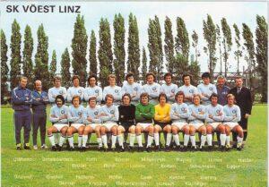 Jene Streitmacht des SK VÖEST zog im Sommer 1973 los, um die österreichische Meisterwürde in die blaue Stahlstadt an die Donau nach Linz zu holen. Der Sportplatz im Werk, auf dem das Foto entstand, fiel 2004 der Abrissbirne zum Opfer. Heute steht dort die voestalpine-Stahlwelt.