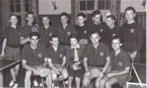Johann Rinner als Tischtennis-Aktiver im Jahre 1952, sitzend zweiter von rechts. Foto: privat