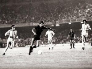 Gegen Johan Cruyff (Bildmitte) hatte man im Nou Camp beim 0 : 5 im Rückspiel nicht den Funken einer Chance. Georg Kottan (links) und Ferdinand Milanovich (rechts) liefen meist hinterher. Foto: © oepb
