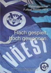 """Cover der Jubiläums-Festschrift """"Flach gespielt, hoch gewonnen"""" / Österr. Fußballmeister 1974 SK VÖEST Linz."""