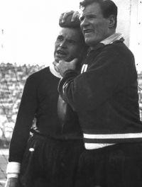 Kurt Schmied (links) wird von Masseur Josef Ullrich während der gesamten zweiten Spielhälfte betreut.