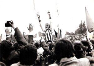 Der Münsteraner Michael Lorenz lässt sich nach Spielschluss von der jubelnden Menge gebührend feiern. Foto: © oepb
