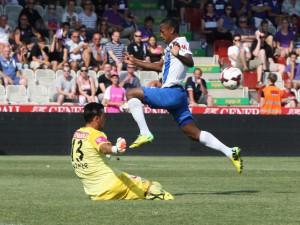 Eine Aktion aus der ersten Spielhälfte. Josef Reyna überspringt Heinz Lindner. Foto: GEPA