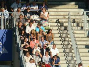 ÖFB- und Austrias-Jahrhundert-Fußballer Herbert Prohaska (Sonnenbrille, oranges Polo), dessen Vater glühender Vienna-Anhänger war, freut sich bereits auf dieses Spiel, ebenso Austrias Museums-Kurator Gerhard Kaltenbeck (weißes Hemd, dritte Reihe von unten, ganz rechts) Foto: oepb.at