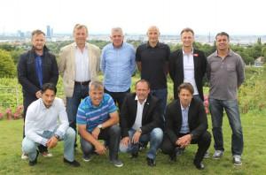 Die 10 Trainer, stehend v.l.: Michael Streiter (Wacker Innsbruck), Karl Daxbacher (LASK), Ivo Istuk (Hartberg), Peter Zeidler (Liefering), Hans Kleer (FAC) und Kurt Russ (Kapfenberg. Hockend v.l.: Ivica Vastic (Mattersburg), Herbert Gager (St. Pölten), Willi Schuldes (Horn) und Helgi Kolvidsson (Austria Lustenau). Foto: GEPA