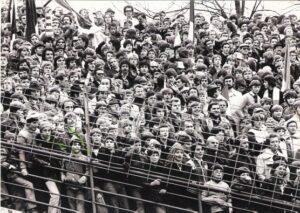 26.000 Zuschauer kamen am 29. Oktober 1978 zum 1 : 2 gegen Austria Wien. Der Fan-Block des SK VÖEST war damals noch in der Kurve angesiedelt. Der SK VÖEST ging mit seinem Jung-Trainer Ferdinand Milanovich als Tabellenführer in dieses Spiel.
