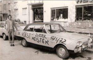Nicht auf den Hund, sondern auf das Auto gekommen. Ein Ford Taunus mit der freudigen Erwartung am 9. Mai 1972. Der SK VÖEST wurde am Ende der Spielzeit Dritter.