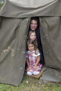 Feldlager am Kasernenhof. Die Zelte für 6 bis 8 Mann bieten den Kleinen einen tollen Unterschlupf und ein tadelloses Versteck. Foto: Milkdooe / Presse