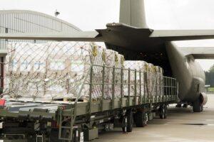 Die C-130 Hercules wird bis zum Anschlag mit Hilfsgütern befüllt. Foto: Simader, Vzlt