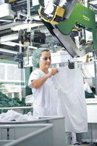 """100 Wozabal Wäscher-Madeln sind darob bemüht, dass 22.000 Mitarbeiter """"a saubere Wäsch´"""" tragen. Foto: Wozabal"""