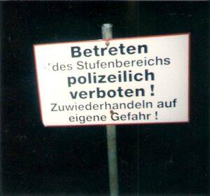 Die Tribüne hinter dem Tor war 1994 polizeilich gesperrt. Foto: oepb