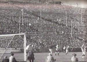 Kopf an Kopf reihen sich die Besucher. 38.000 bevölkerten die Hohe Warte am 7. November 1926 beim Ländermatch gegen Schweden (3 : 1). Foto: ÖNB