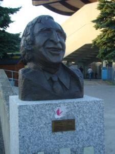 Gleich beim Eingang ins Stadion erinnert eine Karl Decker-Büste an den großen Vienna-Akteur. Foto: oepb