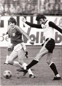 20. Oktober 1974: Der SK VÖEST besiegt den LASK mit 2 : 0. Im Bild sind Wiener in Linz unter sich - Ferdinand Milanovich gegen Fritz Satorina.