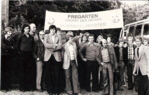 Der Österreichische Fußballmeister von 1974 zu Gast im mühlviertlerischen Pregarten. Ferdinand Milanovich fünfter von links, ganz rechts Meister-Trainer Helmut Senekowitsch.