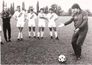 Trainer Ferdinand Milanovich in Amt und Würden Mit einer jungen Elf ging es in die Saison 1986/87. Von links: Co-Trainer Fritz Supolik, Alexander Sperr, Gordan Zdravkov, Fritz Pöhli und Manfred Berger.
