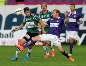 Daniel Royer (Bildmitte, gegen Stefan Lainer) trat als 2 : 1-Torschütze in Erscheinung, musste zur Halbzeit jedoch verletzt in der Kabine bleiben. Foto: GEPA