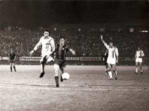 Johan Cruyff in allen Gassen. Gegen seinen beinharten Gegenspieler Georg Kottan machte er jedoch an jenem Abend keinen Stich. Ivan Brzic (rechts) reklamiert abseits. Foto: Johann Rinner/privat