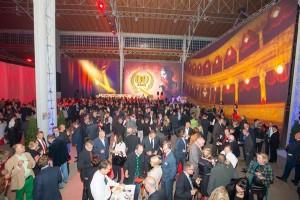 Die 800 Gäste unterhielten sich prächtig in diesem wahrlich festlichen Rahmen. Foto: Pressedienst, Christian Mikes/QUESTER