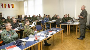 Brigadier Nikolaus Egger begrüßt die Militärattachés. Foto: Bundesheer / Simader