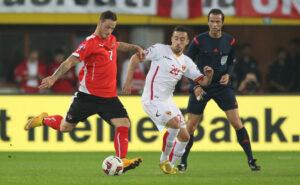 Der Assistgeber zum 1 : 0, Marko Arnautovic, in vorbildlicher Schusshaltung gegen Nemanja Nikolic. Foto: GEPA