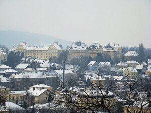 Blick vom Stiftsparkplatz aus auf die Kaserne. Foto: oepb.at, 02/14