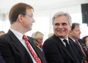 Bundeskanzler Werner Faymann (links) bescheinigte Landzeit-Gastgeber Wolfgang Rosenberger die hohe Qualität seiner Autobahn-Restaurants. Foto: Landzeit