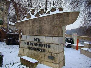Auf Betreiben des Kameradschaftsbundes steht es seit 1998 am Nibelungengelände mit Blickrichtung Westen und Stift. Foto: oepb.at, 01/14